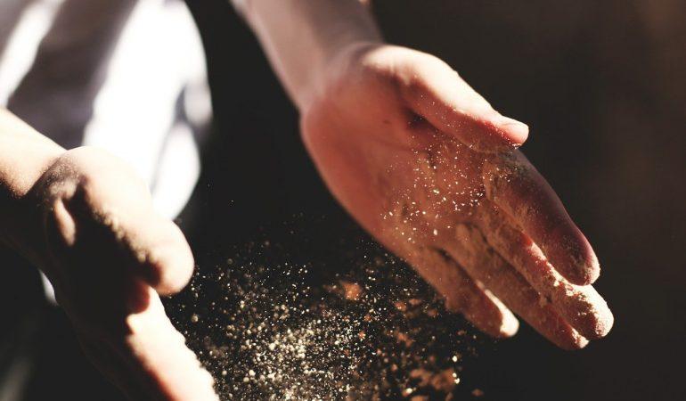 cours de cuisine main qui tape de la farine